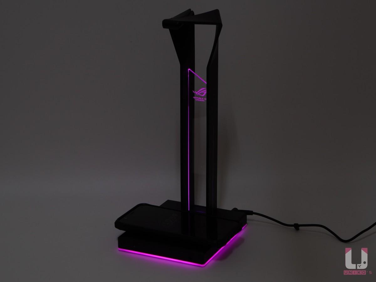 發光處有兩個地方為主,中間直立透明壓克力,底座 360 度發光,都可以設定 ARGB 彩虹效果。 支援 10W 的 Qi 無線充電,需要連接變壓器。
