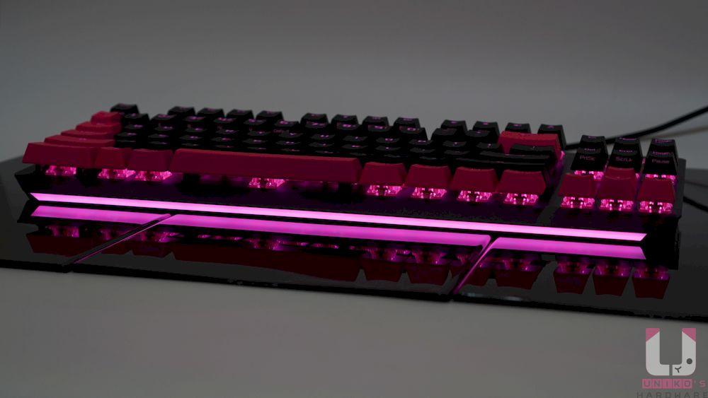 正面下方的 RGB 導光條效果很不錯。