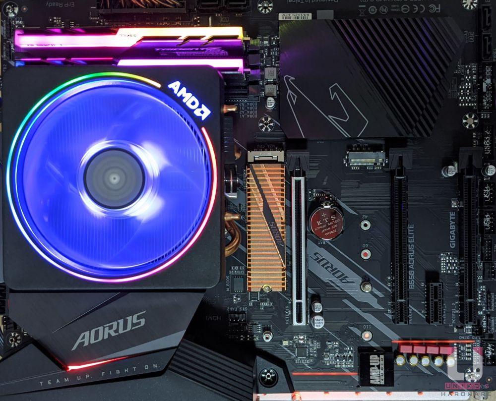 RGB 效果展示,I/O 散熱器上露出一點點燈光,和靠近音效晶片附近有 RGB 燈光,支援 RGB FUSION 2.0。
