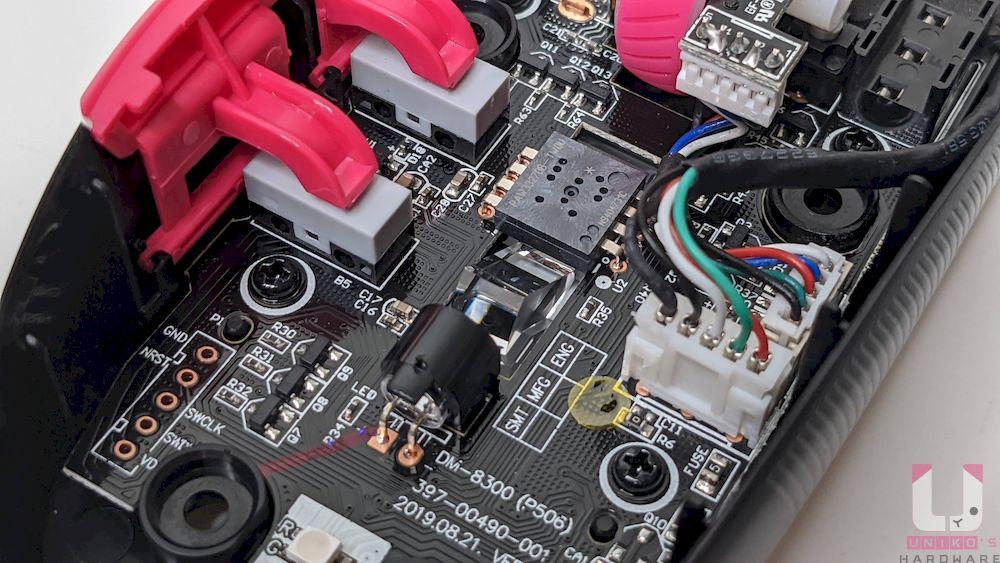 光學引擎部分採用 PixArt PAW3327 光學,6,200 dpi 感測器,最高可追蹤 220 ips 並具備 1000 Hz 輪詢率。