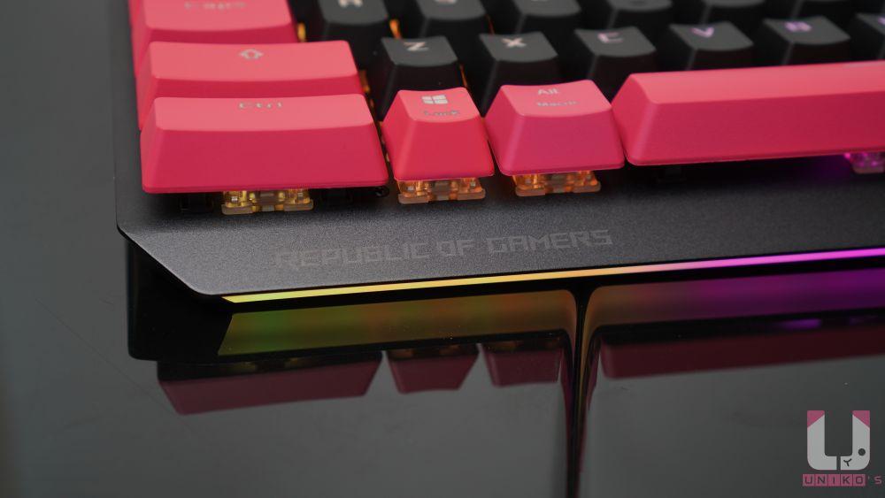 鍵盤左下 Republic of Gamers 標誌很低調。