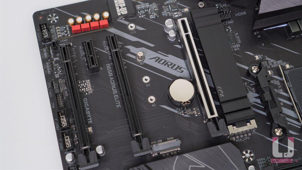 第一組插槽是超耐久 PCIE 插槽防護裝甲由處理器控制,PCIe x16 插槽,可以支援到PCIe 4.0 x16 (需要使用 Zen2 處理器),後面都是晶片組控制,兩組 PCIe x16 插槽,支援 PCIe 3.0 x2 和 x1;PCIe x1 插槽,PCIe 3.0 x1。
