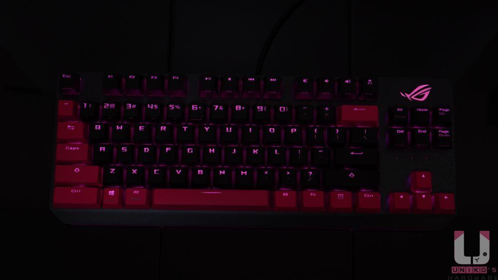 Cherry MX 鍵軸搭配上 ABS 雷刻鍵帽 RGB 效果。