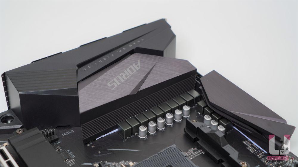 VRM 供電加大散熱器表面積、預載 I/O 檔板。