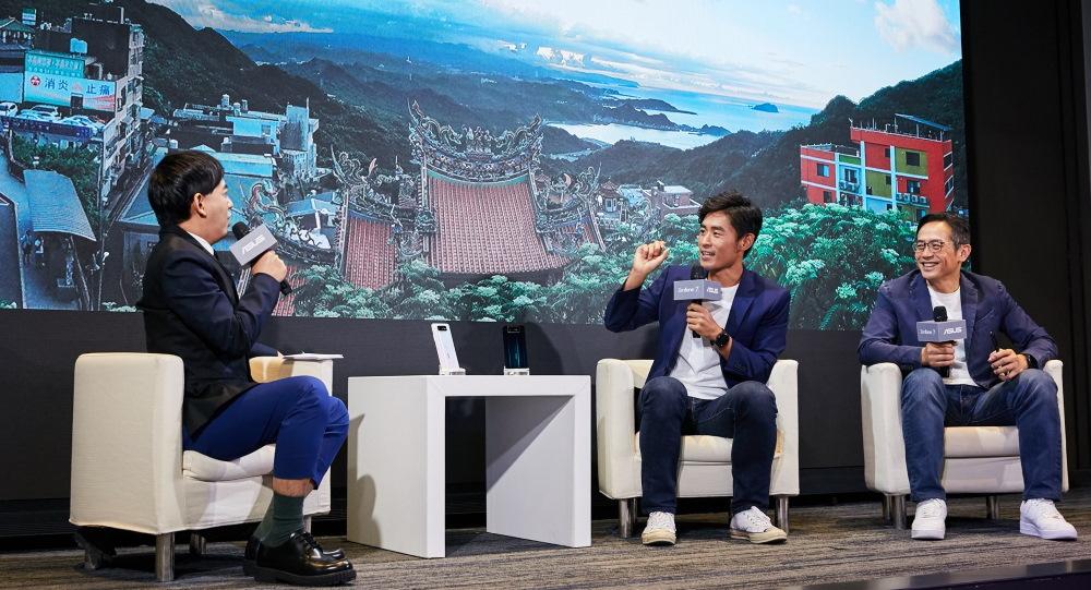 超級鐵人謝昇諺 (右二) 與華碩全球副總裁林宗樑 (右一) 對談永不放棄且充滿鋼鐵意志的 ZenFone 精神。