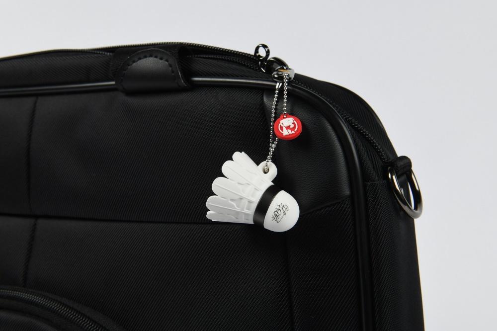 戴資穎聯名珍藏版隨身碟裝飾掛在包包上。