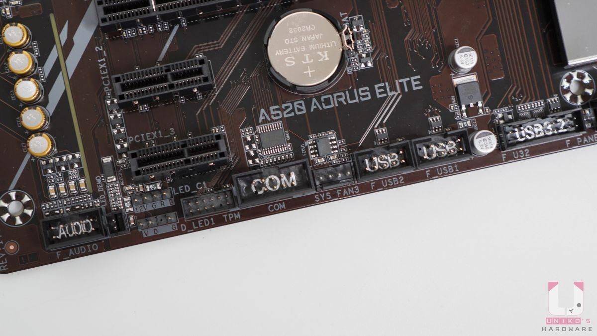 前置插槽都有寫大字體,例如:USB 2.0、USB3.2、COM、AUDIO,看起來真舒服。整張主機板有 ARGB 3Pin 和 RGB 4Pin 插座各兩組。