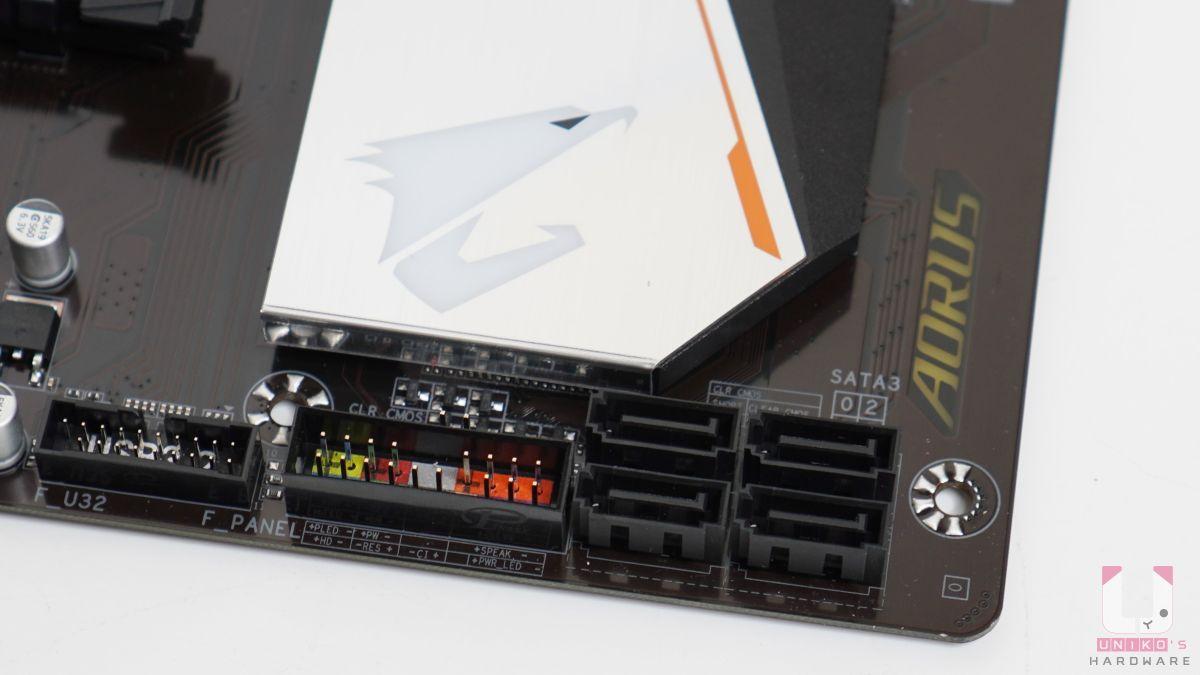 四組 SATA 6Gb/s 插座,由 B550 晶片組控制。前置控制插槽有分色,方便新手安裝。