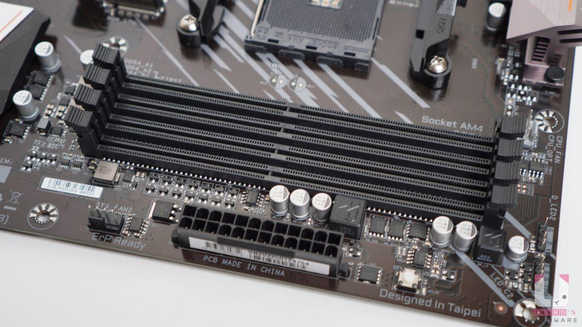 4 組 DDR4 DIMM 插槽,最高支援到 128 GB,支援 ECC Un-buffered DIMM 1Rx8 / 2Rx8 記憶體,記憶體超頻最高可達 DDR4 4733 (O.C.)。