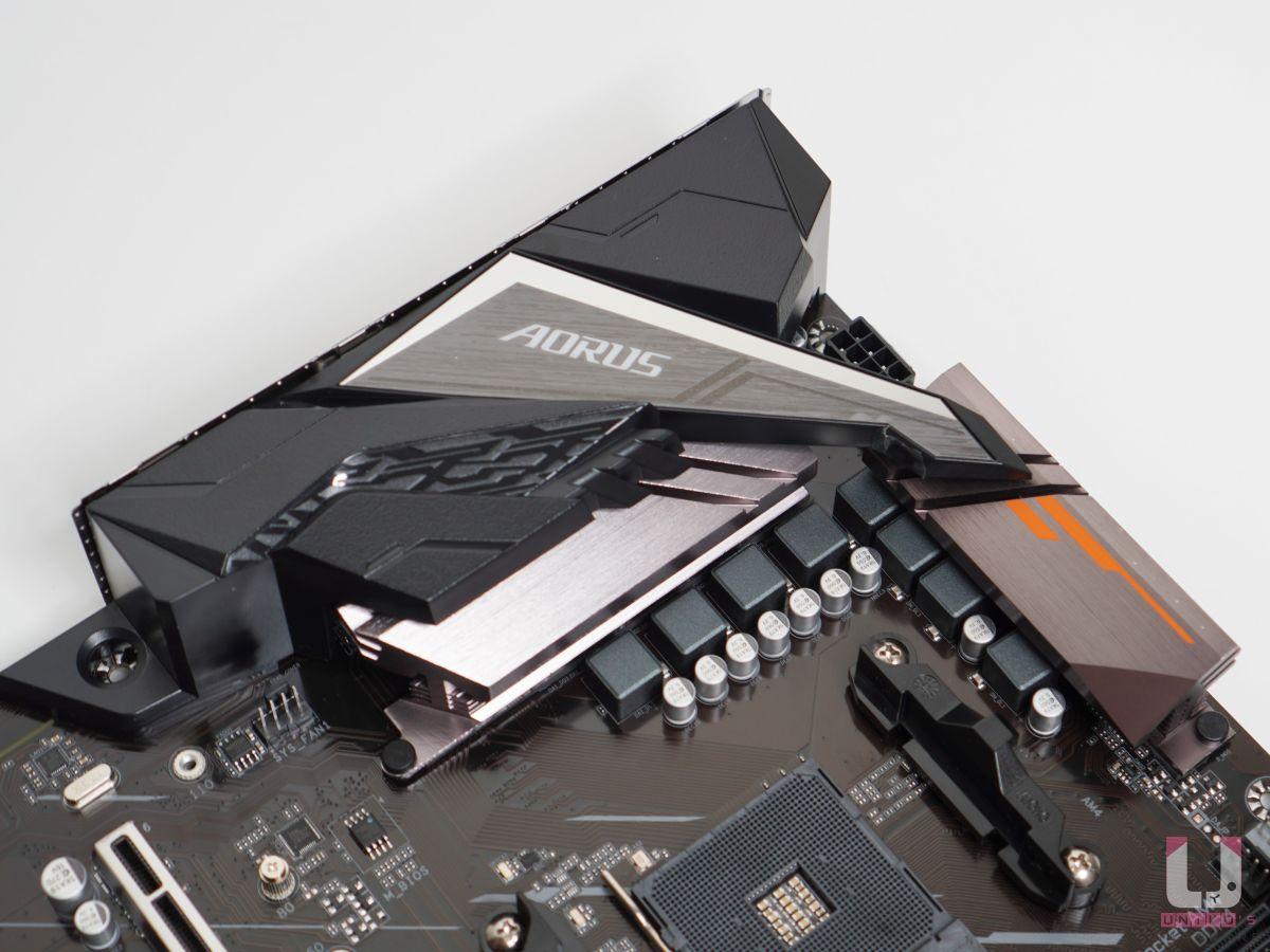I/O 裝甲檔板一體化,VRM 裝好裝滿,搭配起來層次感十足。