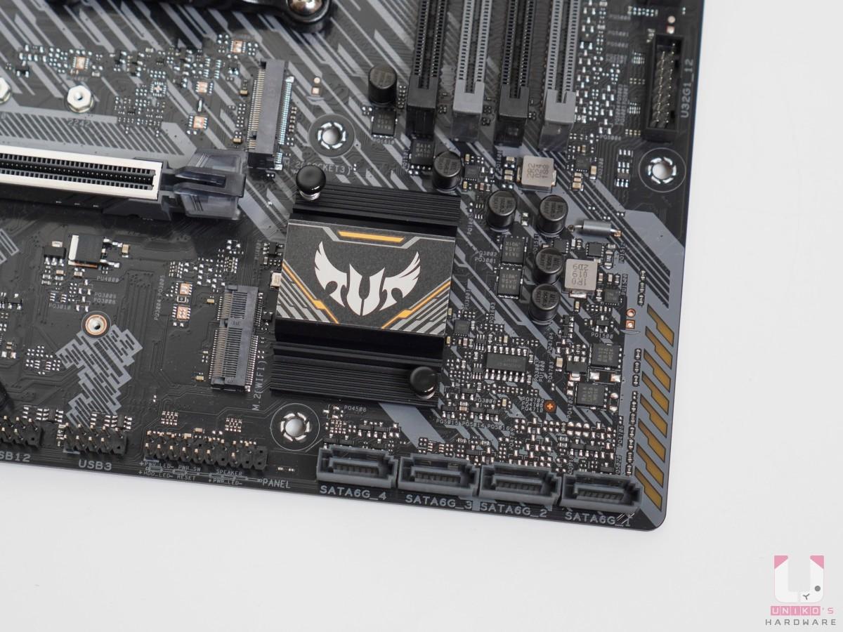 A520 晶片組有散熱器,旁邊是 4 x SATA 6Gb/s 埠,支援Raid 0、 1、10。