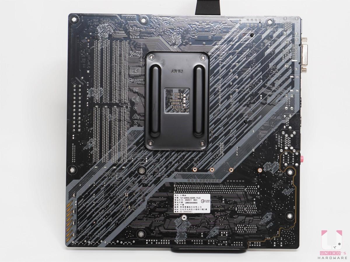 PCB 板主要是黑色為主,搭配上白色和黃色紋路。