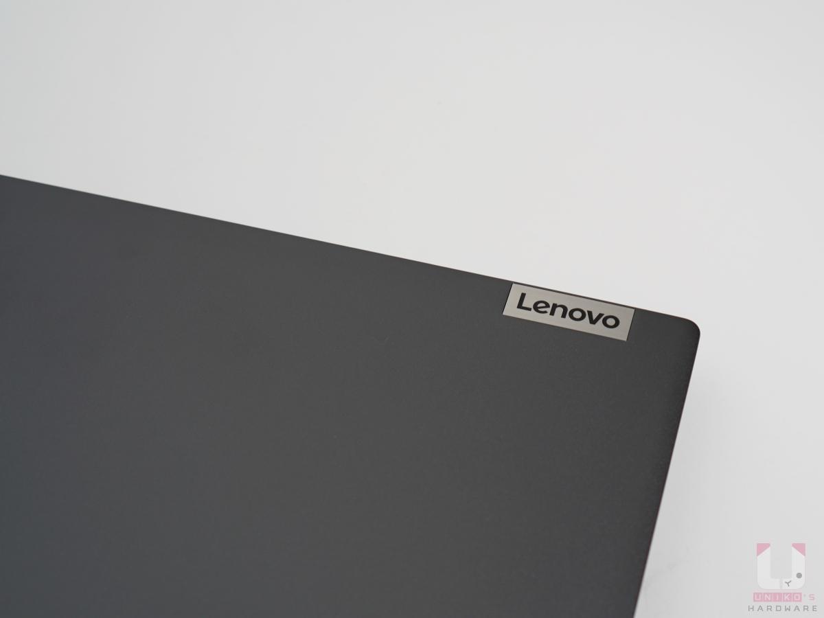 正面外殼上點綴 Lenovo 鐵製亮面名牌。