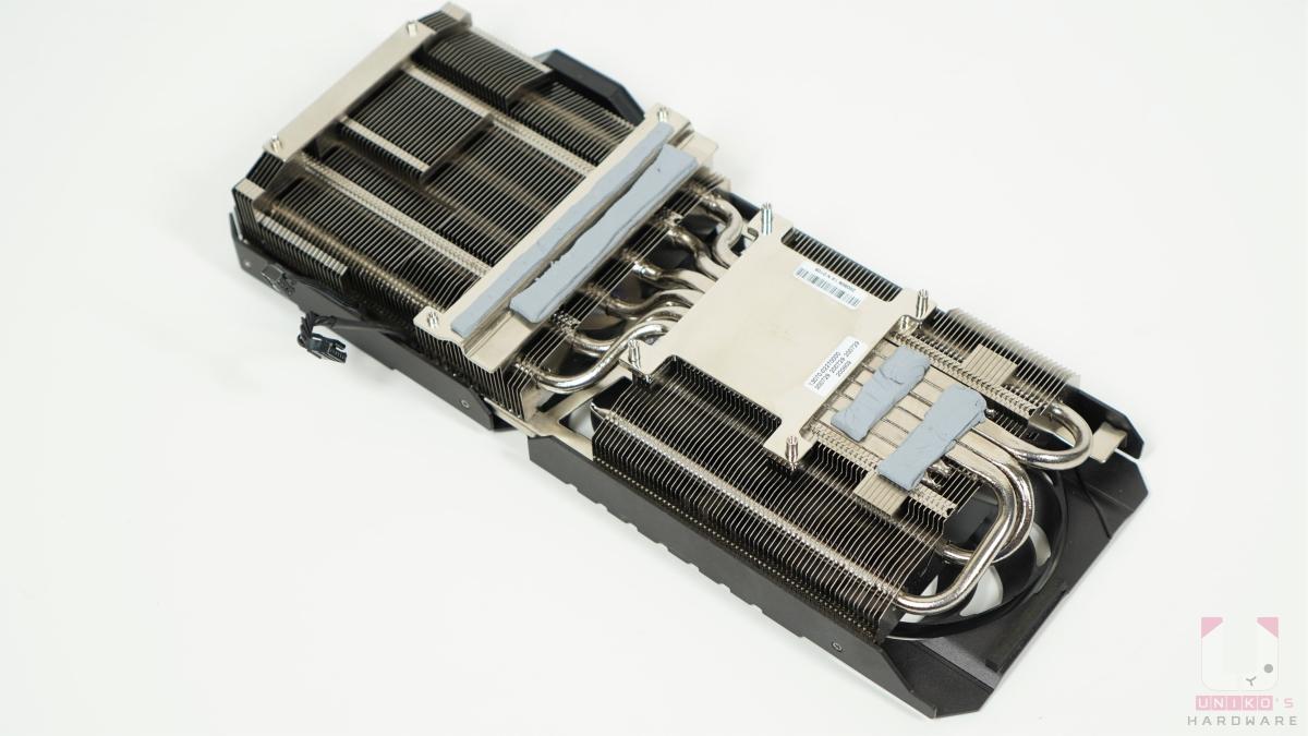 MAXCONTACT 設計是為了讓熱源確實進入散熱鰭片,透過強力軸向式風扇將熱量排出,運用在顯微層級上可提升散熱器表面平滑度的製程,讓散熱器表面與晶片接觸得更緊密。