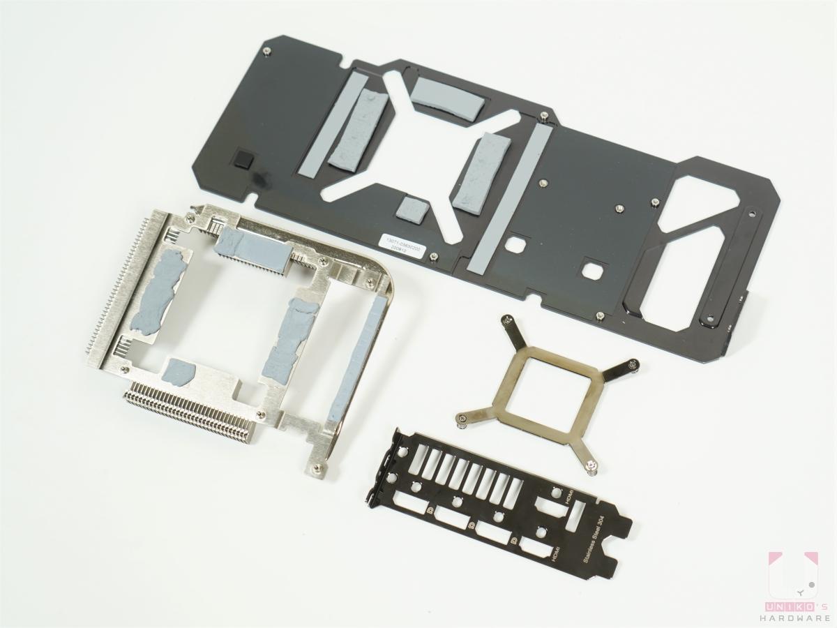 拆開後的全部零件,左下角銀色鐵框,VRAM 專屬散熱器,讓 VRM 能迅速把熱導出來。
