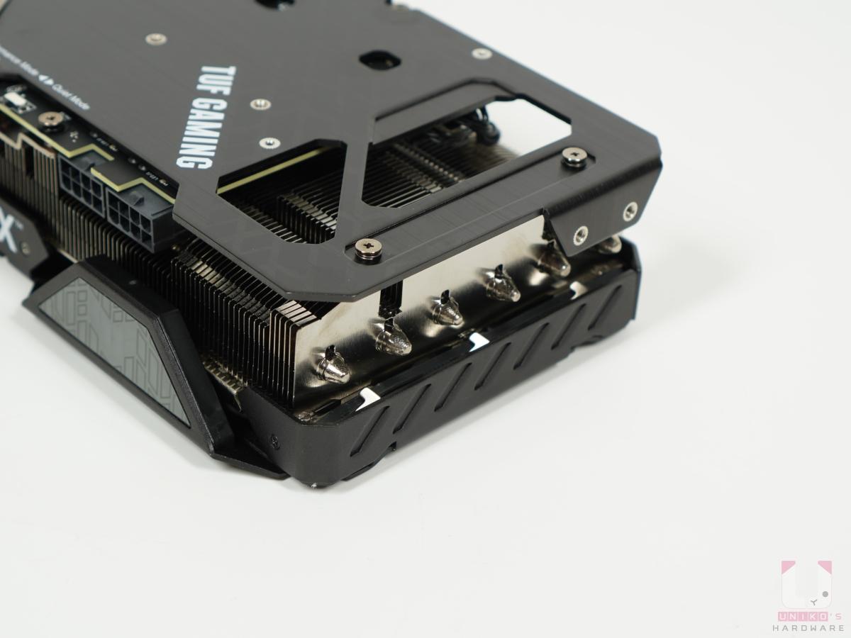 縮小的 PCB 讓散熱器面積更大了,背板開洞可以提高熱量有效排出。