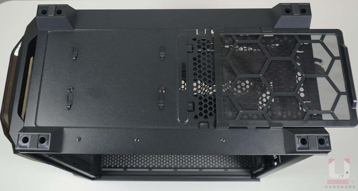 """機殼底下有 PSU 可清潔式濾網,另外左邊是移除 3.5"""" HDD 架的螺絲。移除 HDD 架後可以讓你安裝更大的 PSU。"""