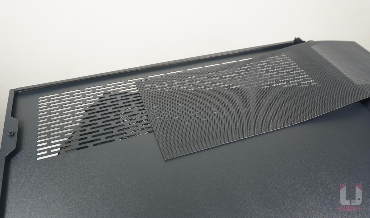 F-LUX 的另一個設計,右側側板下方加入入風孔和可清潔式磁吸濾網。