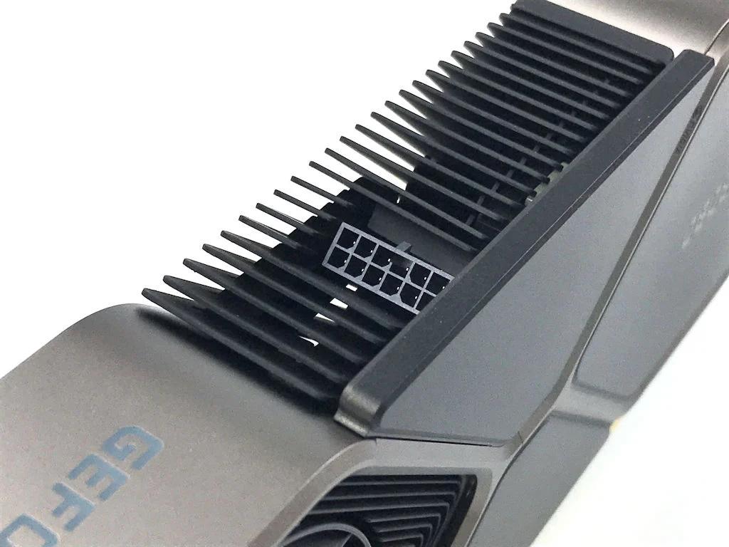 GeForce RTX 3080 創始版將會採用全新 PCIe 12-Pin 並加入傾斜角度,線材可以收藏在 VGA 外殼令外觀更整齊,單一線材最高可支援 300W 供電,為了方便規格過渡,GeForce RTX 30 系列創始版新卡會附連雙 8-Pin to 12-Pin 轉接線。