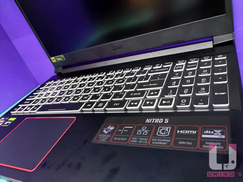 鍵盤可設定 4 組背光區域,右下方貼印有產品特色的貼紙。