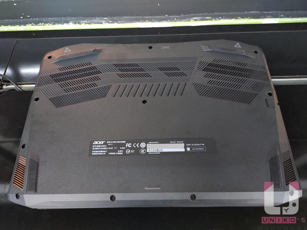 D 面開孔集中於散熱模組處。