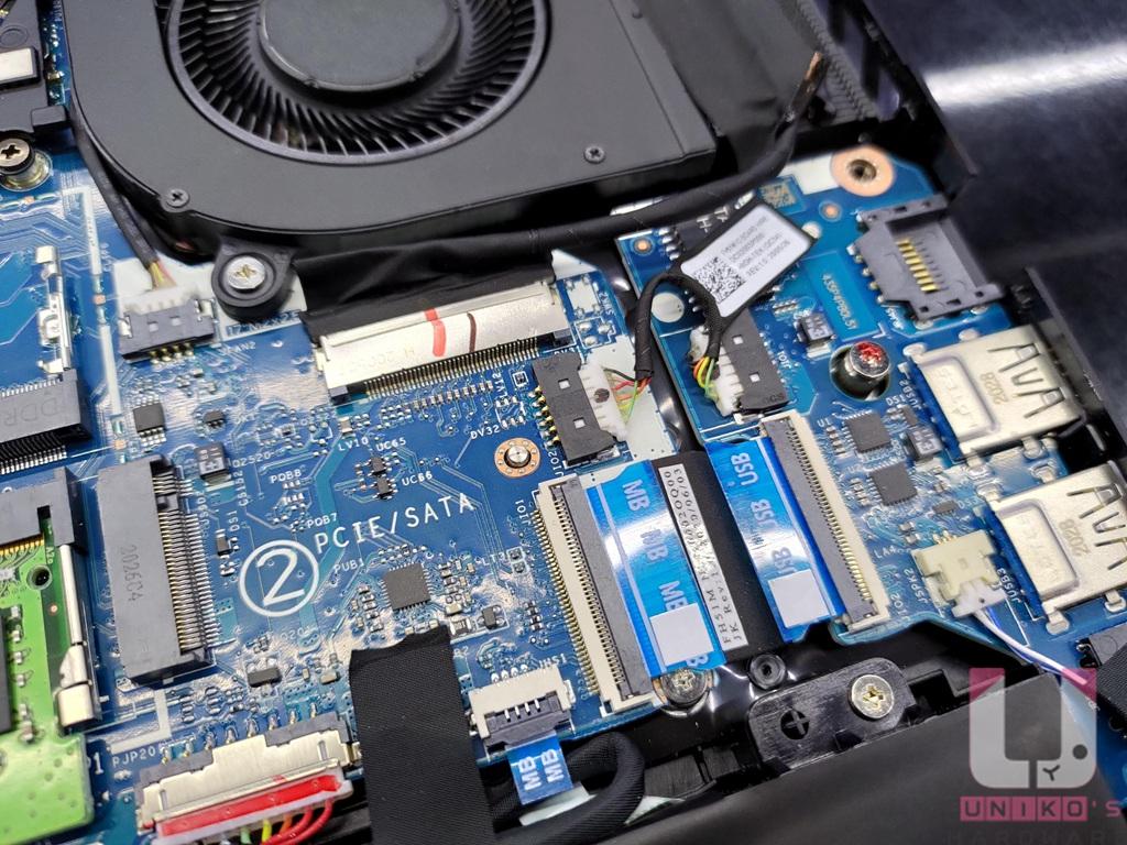 右側散熱風扇下方有另一個 M.2 PCIe SSD 插槽可用。