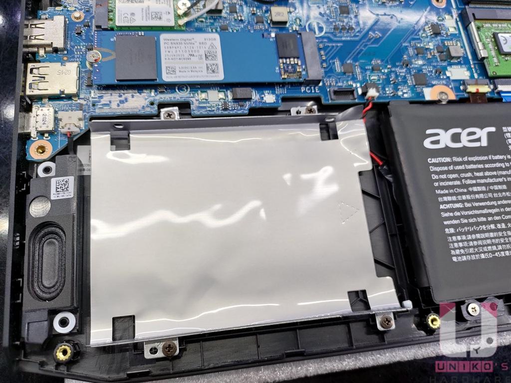 電池左側還有一個 2.5 吋硬碟空間。