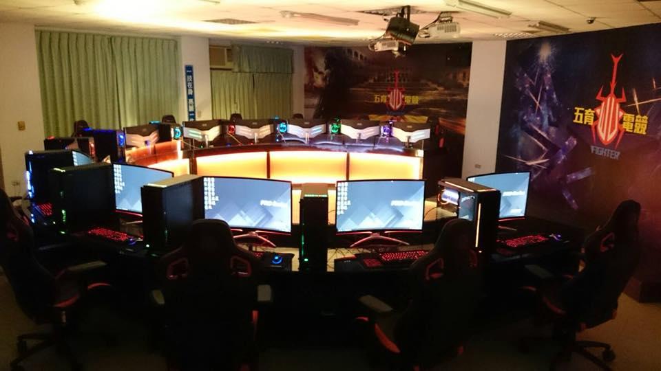 五育高中的電競教室。