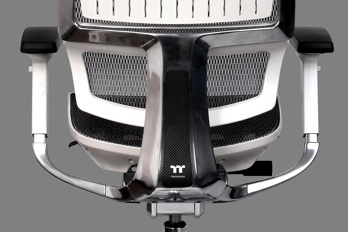 CyberChair E500 雪白版人體工學椅採用鋁合金一體成型腳架,集合耐用穩固特性與優雅設計於一身,高質感五星鋁製底座直徑達 70 公分,並可承重高達 150 公斤。