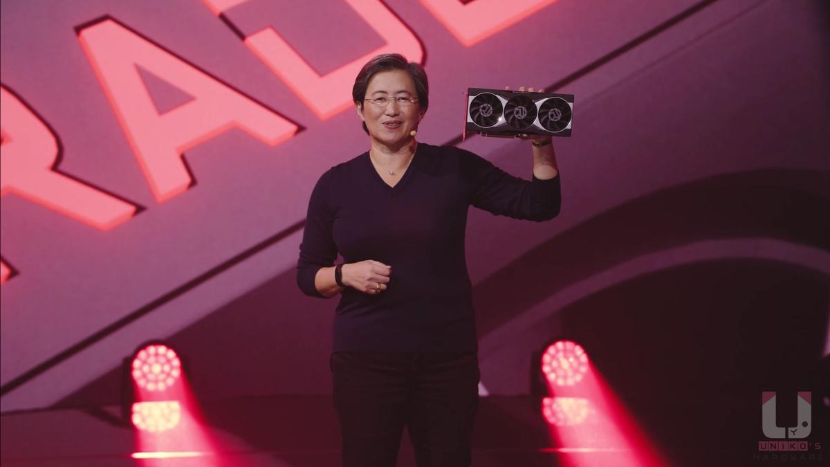 蘇媽展示 Radeon RX 6000 系列顯示卡本體 (具體型號不明)。