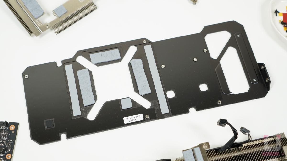 強化全鋁金屬背板,在晶片、記憶體和 VRM 也有獨立的導熱膠貼合。