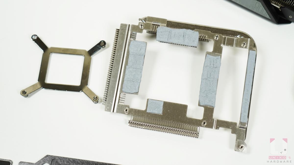 左邊是顯示卡背後扣具,右邊是 VRAM 專屬散熱器,讓 VRM 能迅速把熱導出來。