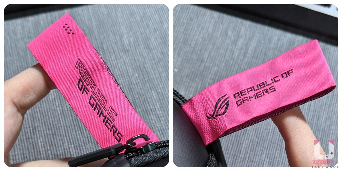電馭粉色標籤正面繡有簍空字體 REPUBLIC 及正常的實心字體 OF GAMERS,背面則是信仰敗家眼標準 LOGO 字樣。