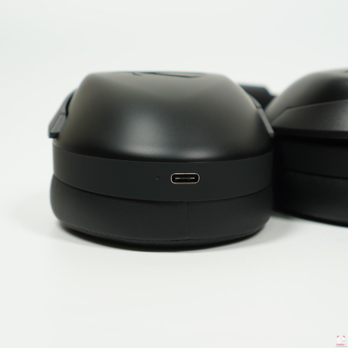 右耳罩下方是 Type C 充電接口,充電時會閃燈提示。