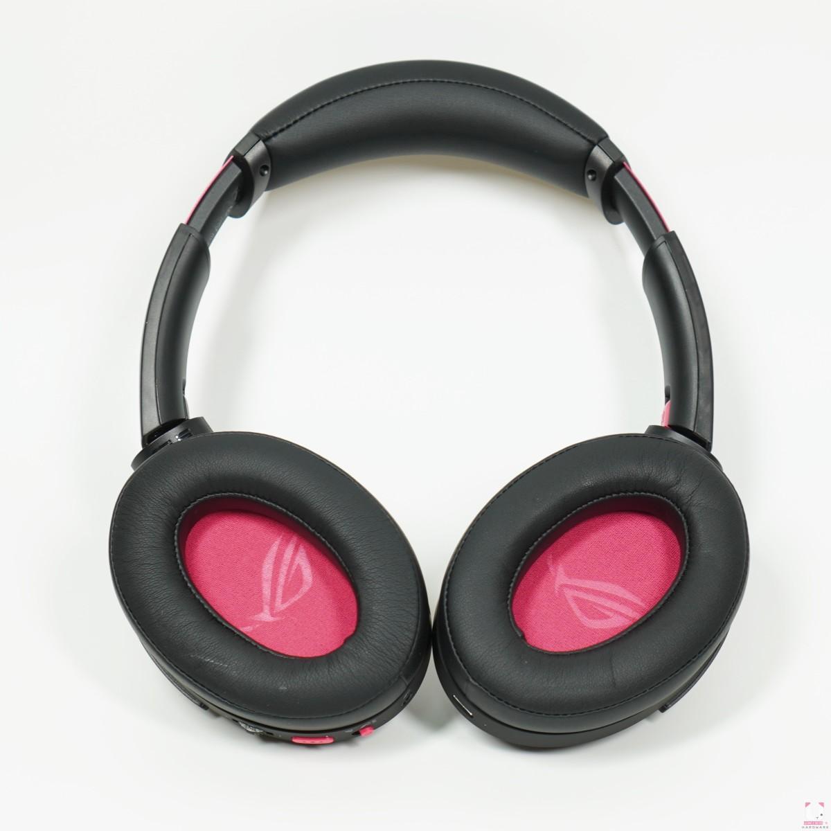 獨家氣密腔體及 40 mm ASUS Essence 驅動單體,耳罩內側、下方的功能鍵和撥紐都變成電馭粉色,辨識度超高。