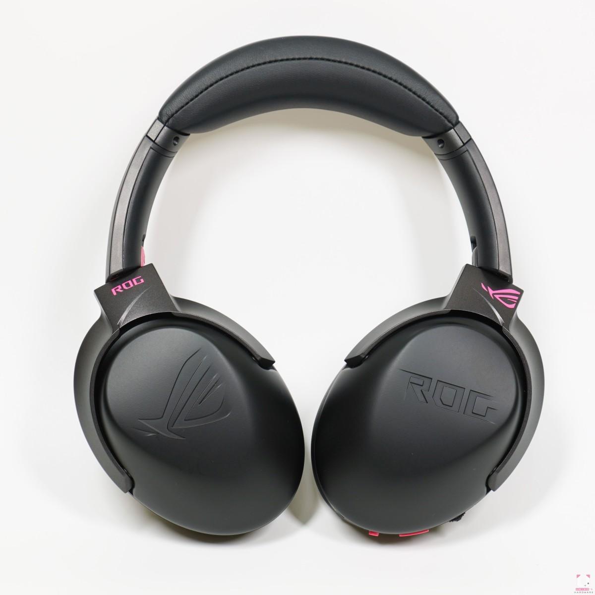 耳罩部分與原本的 2.4 GO 相同,一側浮刻 ROG,另一側是敗家之眼,連接頭戴框架上的 LOGO 變成電馭粉色,不管從左邊還是右邊都能接收滿滿的信仰。