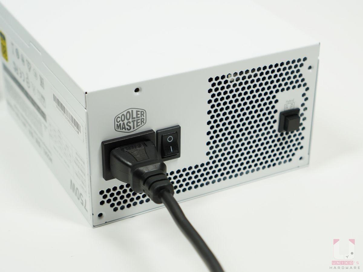 Semi-Fanless 靜音模式,當電腦負載低於 40% 的時候,風扇將停止運行降低噪音產生,電源背面設有實體切換按鈕。