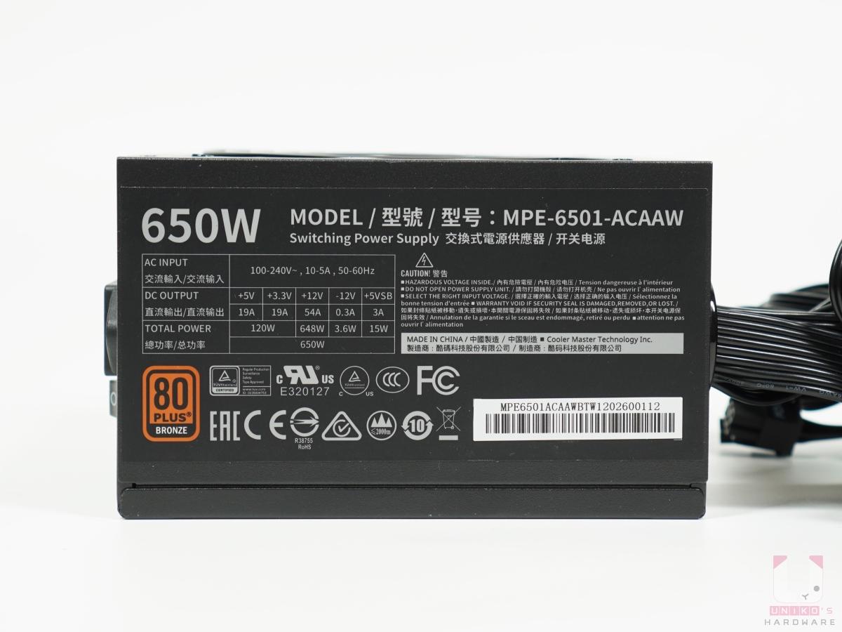 這側可以看到型號標示、電壓分布和功率。