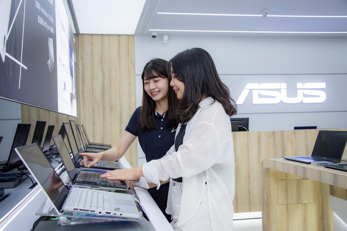 ASUS 高雄站前旗艦店,除針對不同系列的產品設立實機體驗專區,現場更有專人詳細介紹產品並提供操作教學服務。