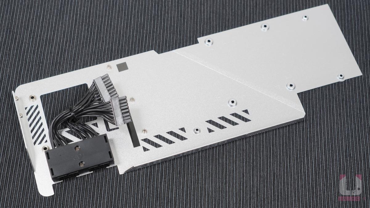 銀白金屬背板造型設計,使用 12pin 兩組轉接 8pin 兩組。