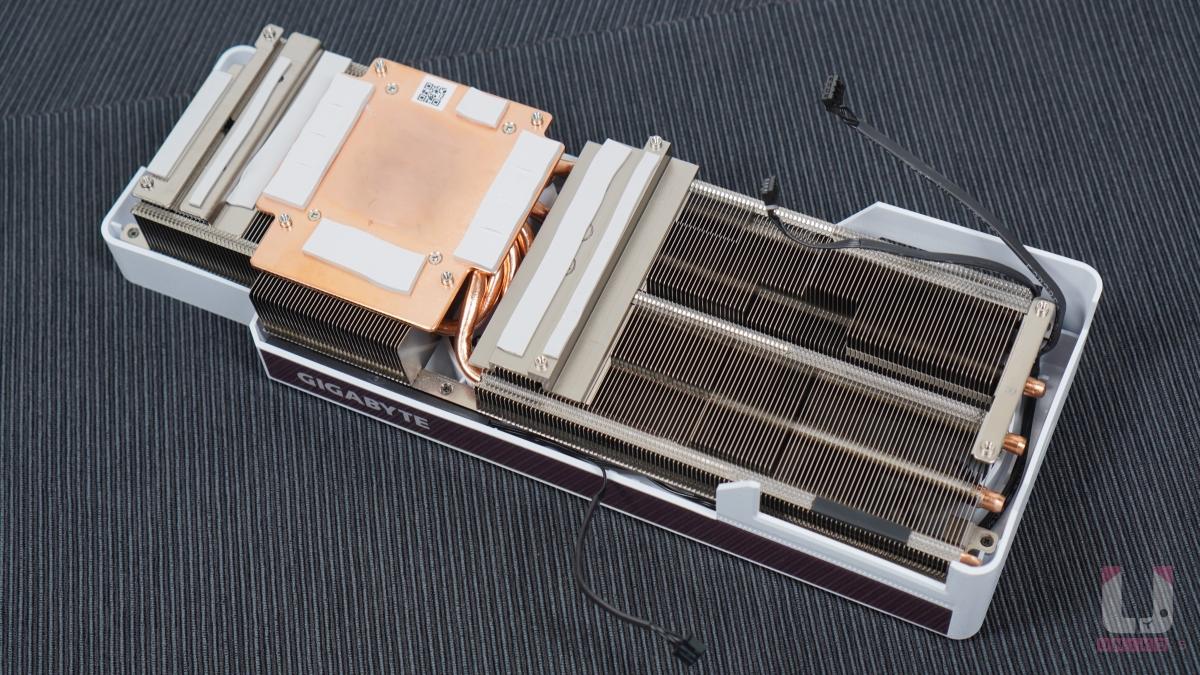 超大片銅板直觸 GPU 與 記憶體,搭配上複合式熱管的導引效果,GPU 和記憶體散熱更佳。