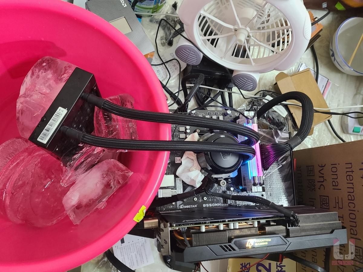 把冰塊放進桶子,讓冰塊直接冷卻冷排,冷排也不需要安裝風扇了。