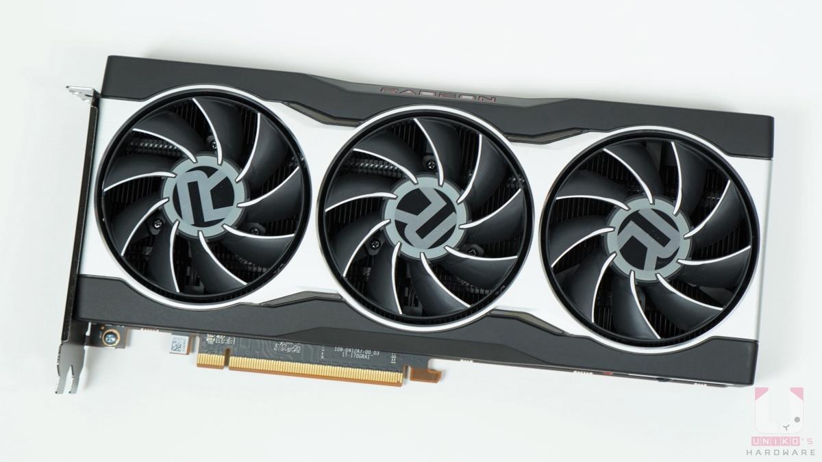 Radeon RX 6800 和 Radeon RX 6800 XT 同樣是三風扇設計,RX 6800 長度是 267mm、高度 120mm、厚度 40mm,重量 1388g。