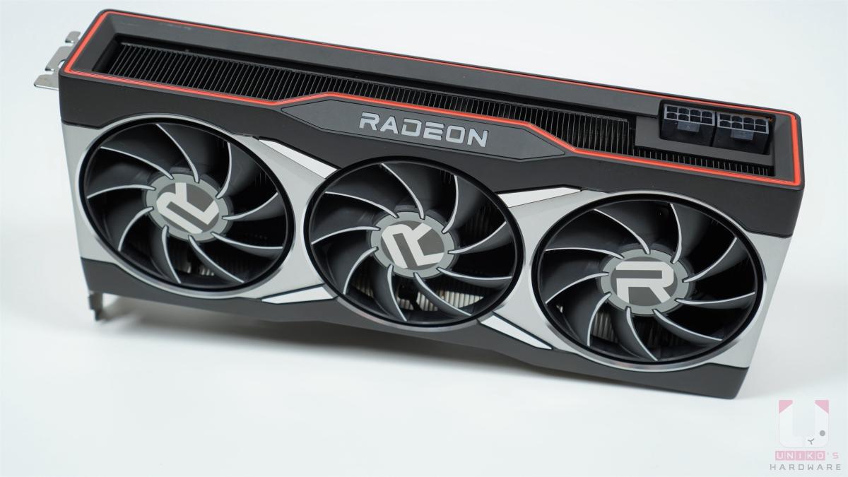"""散熱器大部分都是金屬材質,正面有三顆風扇設計。跟以往鼓風扇散熱器設計不同,九片扇葉側邊都有銀白色裝飾線,風扇中央有有大大的 """"R"""" 標誌。"""