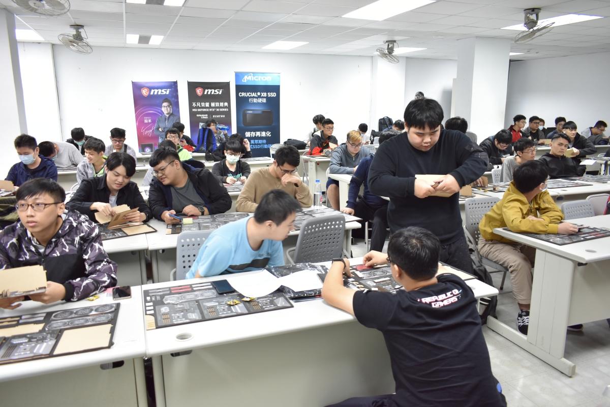 雖然是競賽,但同學之間還是互相協助,幫助不懂的人完成組裝。