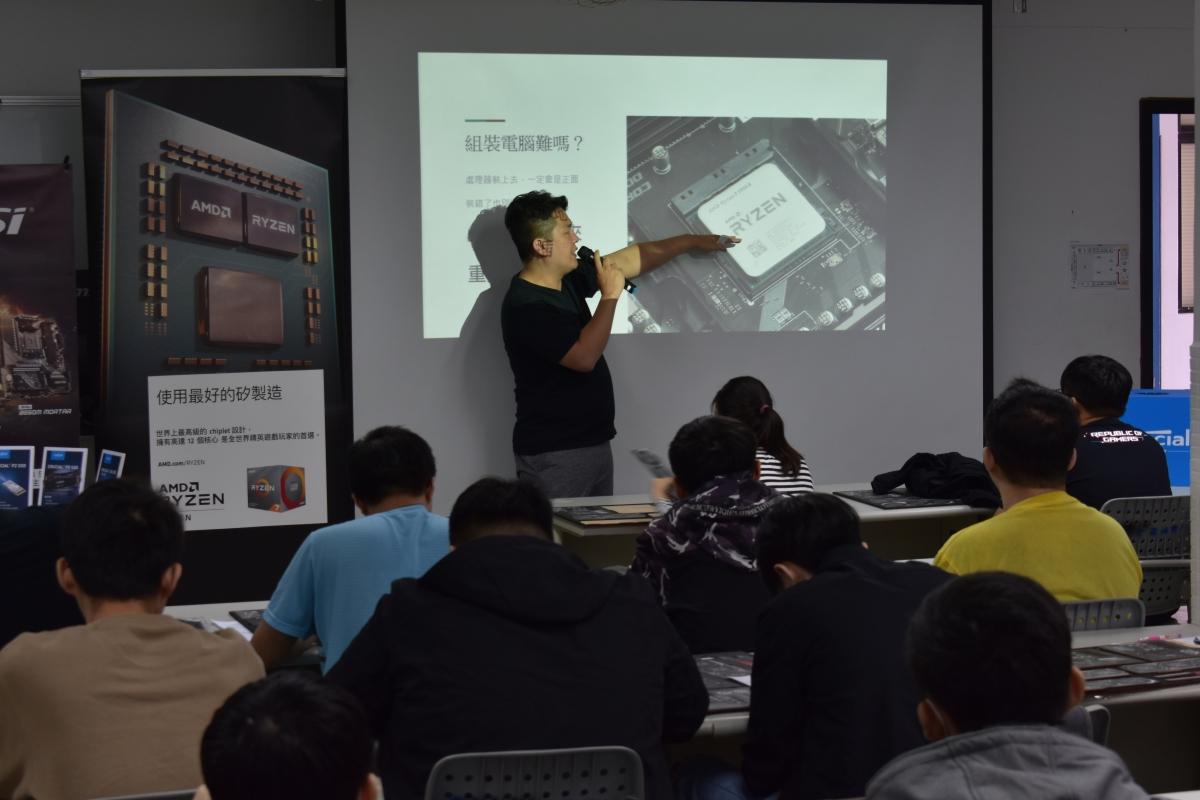 講師 Andy 認真講解,同學也立刻研究起手邊的模型。