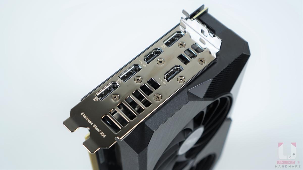 2.7 Slots 設計,三組 DP 1.4a、兩組 HDMI 2.1。