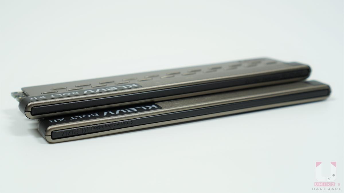 記憶體頂端環狀設計的黑色塑膠材質上能隱約看到 KLEVV 品牌標誌文字。