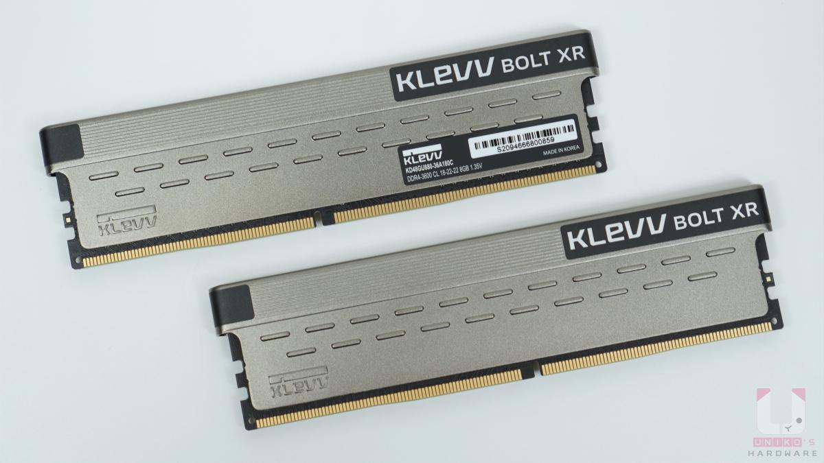 記憶體雙面都是香檳金色純鋁散熱片點綴少許消光黑,讓層次感更豐富,兩側的散熱片還有一些連續突起設計,可以幫助安裝或是移除記憶體止滑。記憶體上方的環狀標示 KLEVV BOLT XR,下方角落則有 KLEVV 立體浮雕。