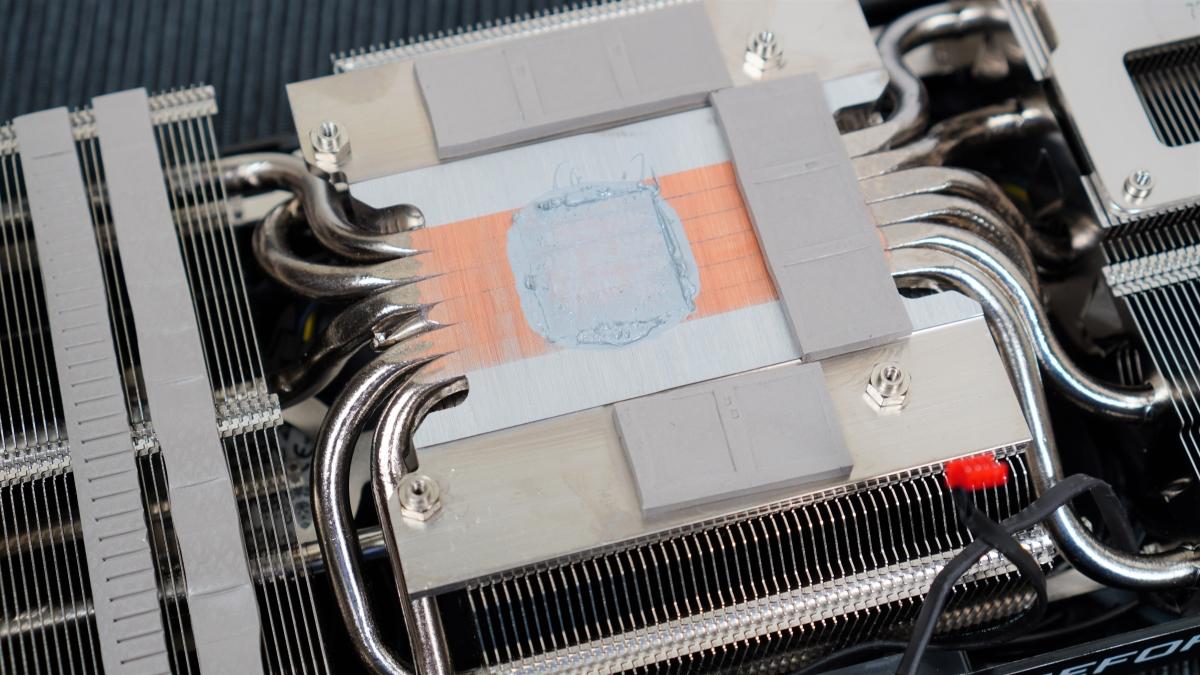 6 根熱導管通過 GPU 中央位置。